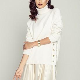 Пуловер MICHAEL KORS, пола DELECATELOVE, гривна HERMES, пръстен CARTIER, обеци SIF JAKOBS