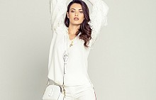 Риза CHLOE, панталон ARMANI, колие VERSACE, чанта MARC JACOBS от STYLEBOP.COM, спортни обувки CHANEL
