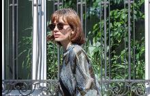 Ирмена Чичикова в минипола с А-силует и обемен сак - визия в стил 70-те.