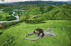 Януари: в Колумбия, малката Мария Паула, върху тревата на осем хиляди квадратни метра зелена площ. С ръцете си предпазва малък храст кафе, символизиращ желанието да се грижи за собственото си бъдеще и за природата като цяло.