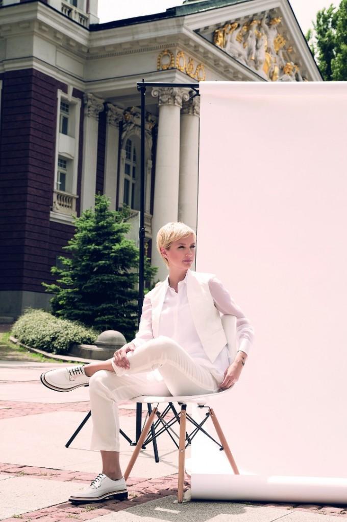 """Кадър с Диана Алексиева, жената до Захари Бахаров, от темата на сп. ELLE """"Мечти в бяло"""""""