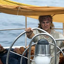 """Създаден по вдъхновяващата истинска история на Тами Ашкрафт, """"Дрейф"""" ни запознава с двама младежи, които ще се влюбят и ще предприемат плаване с яхта в Тихия океан. Пътешествието им обаче ще се сблъска с най-катастрофалния ураган, който района северно от Австралия е виждал от години. Изправени пред бедствието, те ще вложат всичките си умения и ще се надяват на чудо за спасението си. Очаквайте """"Дреф"""" по кината от 27 юли."""