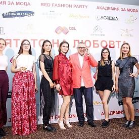 Проф. Любомир Стойков заедно с негови студенти по мода от НХА.