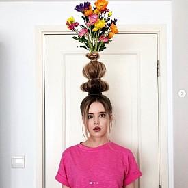 Косата ваза - очевидно е защо е странно. И се чудим как с такава прическа се преминава през вратите.