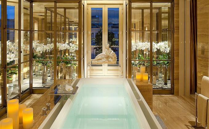 Пент хаус апартамента на Four Seasons Hotel George V в Париж разполага с три спални, впечатляващи гардероби и бани с мраморни вани. Една вечер в този френски разкош ще ви струва скромните 30 700 евро.