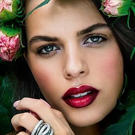 Дори когато устните са много ярки, можете да добавите лек цветен акцент във вътрешния ъгъл на окото.