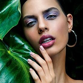 Заслепяващ блясък: освен на цветовете можете да заложите и на сияещите текстури. Нашите предложения – сенки в блестящо лилаво на целите клепачи и глос върху устните.