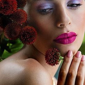 Преливане на цветовете: лилаво на очите, розово в ярък нюанс на устните и в по-нежен на ноктите – всичко е в хармония въпреки различната наситеност на цветовете.