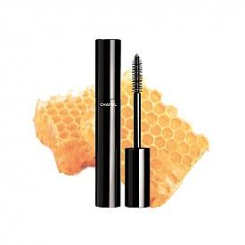 """Най-добрата спирала е Le Volume Revolution de Chanel на CHANEL: """"Добре дошли в бъдещето! Първата спирала с четка, създадена от 3D принтер, е наистина голяма иновация. Резултатът е обем от друго ниво, без сплъстяване на миглите."""", Барбара Хубер, козметичен директор на ELLE Германия"""