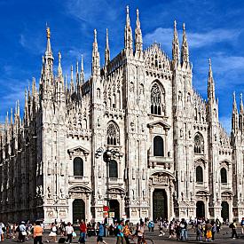 1. Duomo di Milano. Разходката из центъра на града несъмнено трябва да започне с катедралата Дуомо. Няма нужда да я описвам, сами ще останете изумени! Освен да й се любувате отвън, може да влезете вътре и да се изкачите до самия й връх, откъдето гледката към града е несравнима. Идеалното място за селфи!