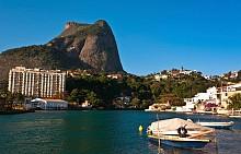 """РИО ДЕ ЖАНЕЙРО Е КРЪСТЕН НА РЕКА, КОЯТО НЕ СЪЩЕСТВУВА /  Според легендите мястото, на което сега е разположен градът, е открито през 1502 г от експедиция от изследователи, които смятали, че това е устие на река. Нарекли го Рио де Жанейро, което означава """"Реката на Януари""""."""