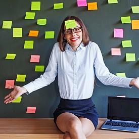 """ПЛАНИРАЙТЕ ЗАВРЪЩАНЕТО СИ: Кроим планове за дните, прекарани далеч от офиса. Но те не са единственото време, което се нуждае от менажиране. Например, вместо да се завръщате като повечето отпускари в последния възможен ден (или дори вечер), изместете с ден по-рано прибирането вкъщи.  """"Ако сте обратно у дома в събота, вместо в неделя, ще имате възможност на спокойствие да разопаковате багажа, да пуснете няколко перални, да заредите хладилника и полека да превключите на обичайния режим"""", казва Лаура Вандеркам, автор на """"Знам как го прави тя"""" – книга за това, как успешните жени организират времето си.  Още повече, че така избягвате трафика по пътя и си давате време да се чуете с близките си, преди да подхванете служебната кореспонденция (ако започнете с нея в неделя, имате по-голям шанс понеделникът ви да е по-малко стресиращ)."""