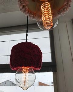 """""""Облечете"""" лампите! Буквално, използвайте стара кожа или плетени ръкавици, шапки, ръкави от пуловери, както са направили в ресторант La Maison. ELLE идея: по същия начин може да облечете и стъклените вази вкъщи."""