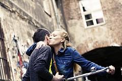 1. ДВЕ ЦЕЛУВКИ ЗА ПОЗДРАВ.  Дори само ако сте гледали италиански филми, ще сте наясно, че италианците се целуват много. Нещо повече, това е неразделна част от начина им на общуване. Без значение от пол и възраст, независимо дали човекът отсреща ви е приятел, познат или сега се запознавате с него, двете целувки – по една за всяка буза, са задължителни. Всичко по-малко, като обикновено ръкуване например, би изглеждало странно.