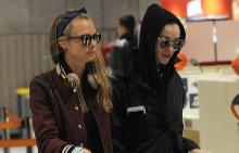 Кара и Сейнт Винсент на френското летище