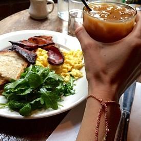 ДЖИДЖИ ХАДИД / Често тя закусва в близкото кафе, където според думите й приготвят най-вкусните бъркани яйца с бекон и тост. Ако Джиджи закусва с приятеля си Зейн Малик, задължително на масата им присъства традиционната английска закуска.