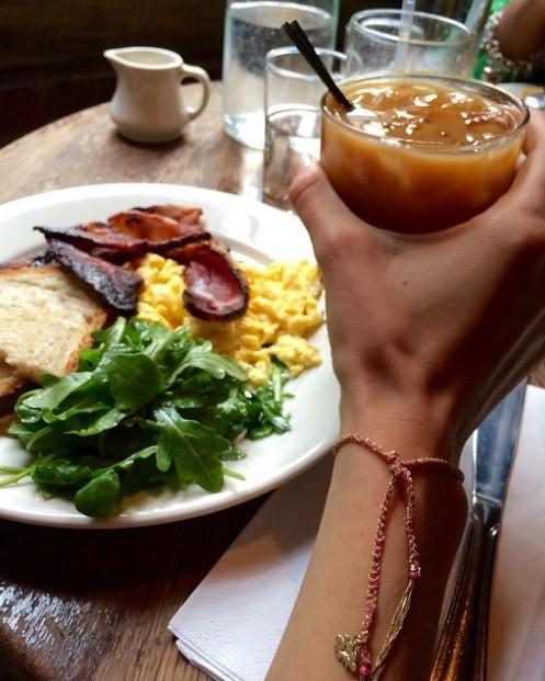 ДЖИДЖИ ХАДИД / Често тя закусва в близкото кафе, където...