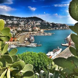 Гледката към пристанището от парка Colline du Chateau