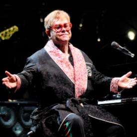 Сър Елтън Джон с халат на Gucci на прощалното си турне