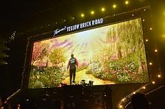Костюмите на Gucci за турнето на Елтън Джон