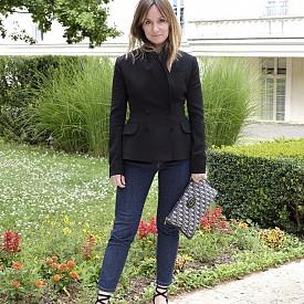 Erin DOHERTY, главен редактор, Франция, сако Dior, дънки Uniqlo, обувки Isabel Marant, чанта Dior