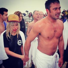 Защо Лейди Гага и Тейлър Кини се изкъпаха в ледени води?