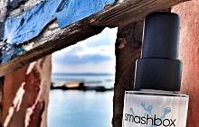 Праймърът Smashbox Photo Finish Primerizer за 24-часова хидратация изглажда кожата, като я уплътнява и подготвя за грим с помощта на ниацинамид, хиалуронова киселина и витамини. Със своите милиарди молекули вода в един флакон, тази лека формула се абсорбира моментално от кожата, увеличавайки хидратацията й със 127%. Леката, немаслена и бързосъхнеща формула увеличава дълготрайния ефект на фон дьо тена. Нанесете една-две дози за по-мека и гладка кожа, без фини линии и запушване на порите с грим.