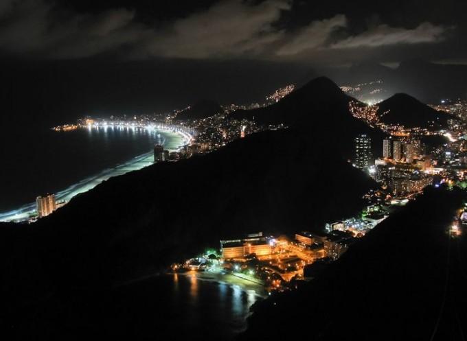 Нощите в Рио де Жанейро Красивите зелени каменни...