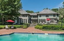 Към къщата има огромен басейн в задния двор.