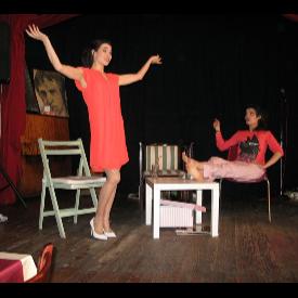 """Марина Александрова-Мандарина и Диана Костова в сцена от """"Разхвърляна стая"""""""