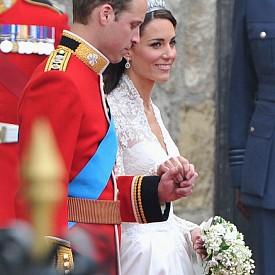 """6. Специално за сватбата парфюмерийната къща Floris London създадоха парфюм за Кейт Мидълтън, който бе наречен """"Сватбеният букет на херцогинята"""". Ароматът не е на разположение за закупуване и е предназначен единствено за булката на принц Уилям."""