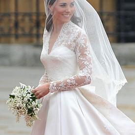 """2. Херцогинята Катрин участва в създаването на известната си сватбена рокля от Alexander McQueen. """"Тази сватбена рокля е създадена специално за нея, и следователно в нея има много от нейната личност. Трябваше да скрия тайната на създаването на роклята за цяла година. По този повод се смяхме много. Херцогинята на Кеймбридж има чудесен вкус, работихме с нея 50 на 50 """", каза по-късно дизайнерът Сара Бъртън."""