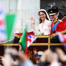"""8. Кейт Мидълтън успешно спази традицията на булките """"да се носи нещо ново, нещо старо, нещо синьо и нещо заимствано"""". Новите неща бяха диамантените обеци, които са подарък от родителите й, старото - дантела, която е част от роклята й, синьо - лента, зашита в подгъва на роклята й, а под наем Кейт взе от кралицата тиарата Cartier."""