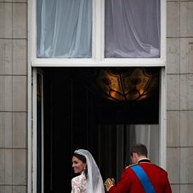 5. Херцогинята е имала втора сватбена рокля, с която се е появила на частното парти в Бъкингамския дворец. Тя също е създадена от Сара Бъртън. Втората рокля е изработена от сатен в цвят слонова кост, която е допълнена с болеро от ангорка.