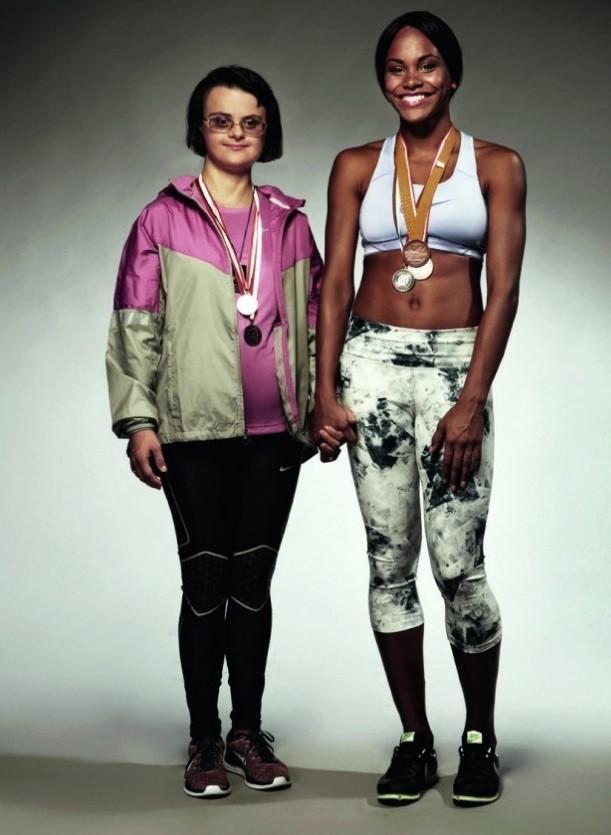 """Дани, бивша спортистка със Синдром на Даун, и младата надежда на българския спорт Карин Околие – кадър от проекта на ELLE """"Различните"""", в който известните застанаха до хората с увреждания."""
