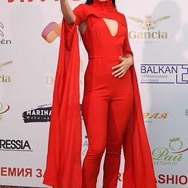 Аутфит на Стефани Тодорова, студент по мода от НХА, със Samsung Galaxy S8.