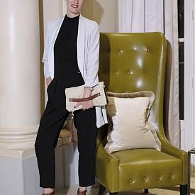 Julie BUCHINGER, главен редактор, Квебек, костюм Top Shop, обувки Vince Camuto