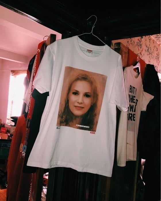 Supreme пусна тениски с портрети на жертвите на сексуален тормоз от Доналд Тръмп