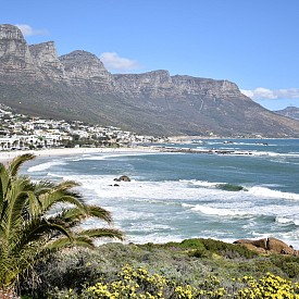 Гледката към Twelve Apostles, Кейптаун – продължението на Table Mountain, което се разпростира на югозапад от града и се извисява над Camps Bay на крайбрежната ивица