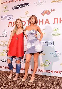 Борислава Стратиева (в дясно) с тоалет на дизайнерката Вяра Георгиева.