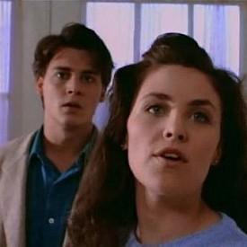 """Шерилин Фен Актрисата, която нашумя покрай участието си в сериала """"Туин Пийкс"""", стана жертва на чара на Джони през 1985 г. Двойката се запознава на снимачната площадка, като отношенията им се развиват толкова бързо, че дори се стига до годеж. За съжаление, пръстенът и обещанията не се оказват достатъчни, за да запазят връзката си и Джони и Шерилин се разделят след само 3 години и половина."""