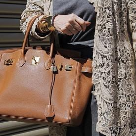 """Специалистите отбелязвят, че чантата не е била винаги толкова популярна. Тя става сензация през 90-те години, заради бума на така наречените """"It Bags""""."""