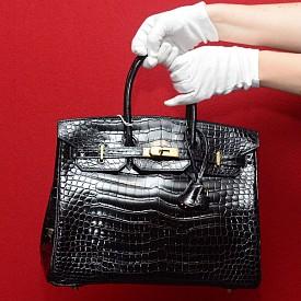"""Birkin чантите са наименувани по размер, цвят и текстура. Например, """"Hermés 25 Birkin Bag Togo"""" се отнася до Birkin с дължина 25 сантиметра и е изработена от класическата за марката """"златна того кожа""""."""