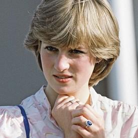 ДВОЙНИЯТ ЧАСОВНИК: Единият часовник - този със златната верижка, е принадлежал на принцеса Даяна, а вторият - на принц Чарлз. Даяна носила часовника на младоженеца като талисман, за да му пожелае късмет в поло турнира, когато е направена и самата снимка.