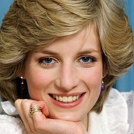 КУТРЕТО С ПРЪСТЕНИ: През ранните години на брака си, принцесата често е била видяна с натрупани пръстени на Cartier и пръстена на семейството си на кутрето си.