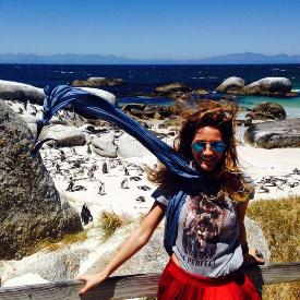 Зейнеб на фона на плаж с африкански пингвини