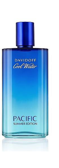ВЛЮБЕН В МОРЕТО: Лимитираното издание DAVIDOFF Cool Water Pacific е като вдъхновяващо пътешествие за мъжете, които са готови на всичко, за да останат цяло лято край морето. Ароматът се открива със свежите нотки мандарина, лимон и грейпфрут. В сърцето ментови нотки се преплитат с ароматичен нюанс от босилек, градински чай и хвойна. Топлата база от сандалово дърво внася мъжествена сила за едно изтънчено и съвременно звучене. Ще познаете мъжа за този аромат по стилните костюми в града и белите ленени панталони, с които вечер изпраща залеза на брега. 125 мл, 103 лв.