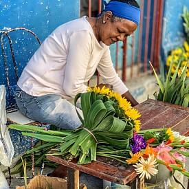 Местна продавачка на цветя
