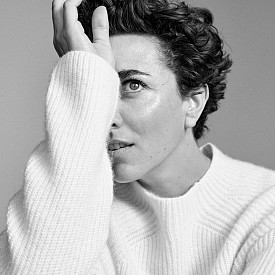 Нейният най-любим модел от линията Essentials на MANGO е кашмиреният бял пуловер, който й дава светлина и мекота.