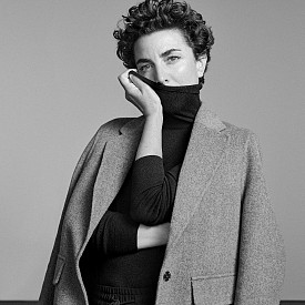 Харесва още вълненото палто, което е правено ръчно, защото мекотата на материята и цвета й дават усещане за втора кожа.